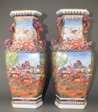A Pair of Export Porcelain Vases in Hunting Pattern of Qing Dynasty