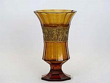 MOSER LUDWIG (1833 - 1916) kelkvormige Jugendstil-vaas in amberkleurig en gefacetteerd kristal met goudband met fries met typische gestileerde en mythologische figuratie  -  hoogte : 195 cm getekend