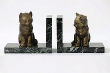 Paar (§) Art Deco-boekensteunen in groene marmer met sculptuur met goudpatine en met animalierthema :