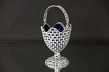 AMERIKA - MIDDEN 19° EEUW vrij zeldzaam korfje in massief zilver gemerkt 'sterling' met een fijnuitgewerkt geajoureerd decor met Franse lelies - gewicht : 310 gram - met originele liner in blauw kristalglas  -  hoogte : 21 cm