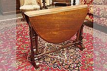 Negentiende eeuwse zgn Sutherland-tafel in acajou met typische zijpoten met ajourwerk