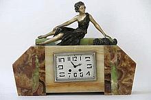 Art Deco-klok met kast in verschillende marmersoorten en versierd met een sculptuur :