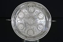Ronde schaal met twee greepjes en met bodem met ingelegde munten - in massief zilver gemerkt '916' -