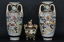 Lot (3) met een paar Japanse vazen, telkens met twee grepen en met krijgersdecor en een brûle-parfum
