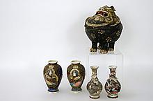 Lot (5) Japanse Satsuma met twee paar kleine vaasjes en een aparte brûle-parfum in de vorm van een m