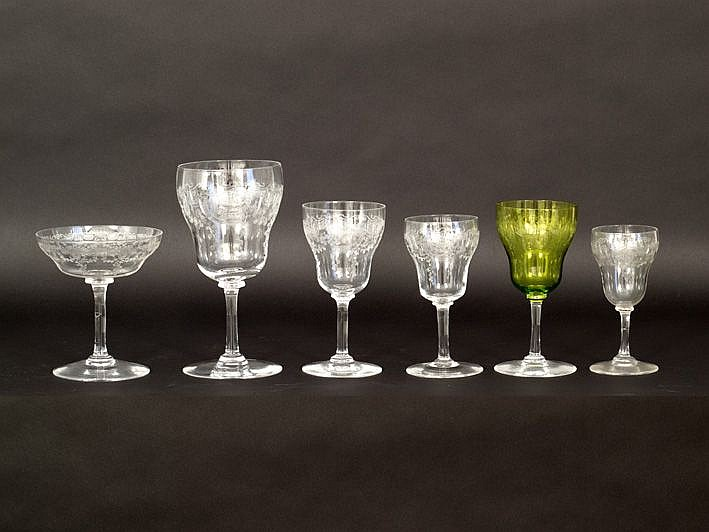 Glasservies (58 stuks) van ca 1890 in Frans