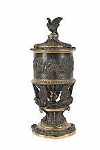 Susse frères éditeur  Vase monté en bronze de style rocaille à patine  noire et parties dorées. Décor d'oiseaux en haut  relief et scène d'après l'antique sur le pourtour.  Signé.  H. : 36 cm.