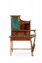 Gustave Serrurier-Bovy (1858-1910) Rare ensemble de bureau en chêne mouluré comprenant : - Un bureau à plateau rectangulaire à côté droit arrondi ouvrant à un tiroir garni de deux poignées stylisées en métal patiné et en partie haute une structure
