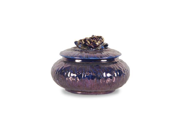 Jean-Baptiste Gaziello  (1871-1957)  Bonbonnière ronde en céramique irisée dans  les tons de bleu, prise à décor floral. Signée.  H. : 9 cm. D. : 12 cm.