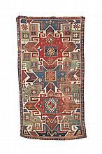 TAPIS « STAR » KAZAK / 'STAR' KAZAK RUG Caucase du Sud - XIXème s. / South Caucasus - XIXth c. Les « Star » Kazak se distinguent d'autres tapis caucasiens par des formes géométriques plus exubérantes et un ordonnancement de couleurs constant : fond