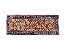 TAPIS KURDE HERIZ / KURDISH HERIZ RUG Azerbaidjan Oriental - Seconde moitié du XIXème s. / East Azerbaijan - Second half of the XIXth c. Cette pièce est typique des ateliers urbains de l'Azerbaïdjan oriental. Issue d'une production non-commerciale,