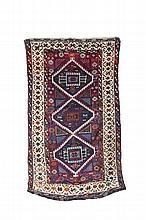 TAPIS GAZIANTEP / GAZIANTEP RUG Anatolie du Sud Est (Turquie) - XXème S. / South East Anatolia (Turkey) - XXth c. Ces tapis sont réputés avoir été tissés par les « Yuruks » (peuple kurde). La bordure très élaborée de ce tapis est caractéristique de