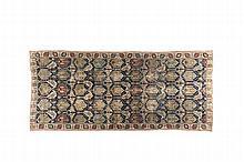 TAPIS A PALMETTES / SHIELD CARPET Caucase de l'Est XVII / XVIIIème s. / East Caucasus XVII / XVIIIth c. La grande longueur de cette pièce la destinait à une vaste et noble demeure. Son champ est composé d'un treillis arborescent de fines tiges