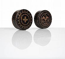 Trois boîtes rondes en écaille brune avec incrustations en laiton ciselé à décor, l'une de