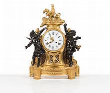 Pendule en bronze patiné et doré, à décor d'enfants, le cadran surmonté d'un coq, la base à décrochement