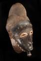 Masque heaume Baoulé, Côte d'Ivoire. Bois à patine d'usage, brune, croûteuse par endroits, kaolin. H. : 42 cm. Provenance : Collecté au début des années 1940 par M. Gustave Chaigneau. Acquis auprès de ce dernier en 1990. Il s'agirait d'un type dit «
