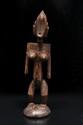 BELLE statue féminine Bamana, Mali. Bois à patine nuancée brune, claire aux endroits de préhension. H. : 59 cm. Cette statuette Jonyeleni, d'une étonnante liberté de stylisation, exprime dans la puissance de ses formes l'image idéale de la femme