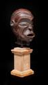 Cimier Boki, Nigéria, région de la Cross River. Bois à patine brun rouge. (fentes). H. : 19 cm. Bibliographie : A rapprocher d'un cimier, sans doute exécuté de la même main. Inv. 1015-54. Arts d'Afrique et d'Océanie. Fleurons du musée