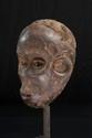 Masque singe Ibibio, Nigéria. Bois à patine brun foncé légèrement croûteuse. H. : 28 cm. Masque particulièrement réaliste et expressif, les yeux ouverts, la bouche laissant apparaître de petites dents.