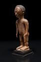 Statuette masculine Yorouba ? Nigéria. Bois à patine naturelle brun miel. H. : 30 cm. Personnage sculpté dans une pose hiératique, le visage à l'expression émouvante empreinte de recueillement et d'intériorité.
