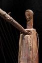Harpe Gabon. Bois et polychromie, cuir, fibres. H. : 46 cm. Ancienne harpe à caisse de résonnance tendue de cuir. A la base de l'arc, est sculpté un buste anthropomorphe rouge et blanc aux yeux incrustés de verre.