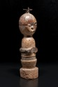 Rare statuette de maladie Pende, Zaïre ou RDC. Bois et polychromie, kaolin, clous en fer. H. : 42 cm. Rare statuette janiforme dite de « maladie », figurant un personnage debout, la tête sphérique partagée en deux partie dont l'une difforme et