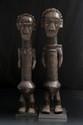 Exceptionnel couple de statuettes Makonde, influence sukuma/nyamwezi, Tanzanie/Mozambique. Bois lourd à patine brune, poils, métal. H. : 58 et 61 cm. Poupées marottes illustrant un couple mâle et femelle. La partie centrale du tronc particulièrement