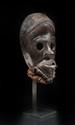 Masque de course Dan, Côte d'Ivoire. Bois à belle patine d'usage noir brillant, fibres végétales, fer. H. : 20 cm. Provenance : Collecté in situ par l'actuel propriétaire.