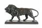 Antoine-Louis BARYE (1795-1875) Lion qui marche (avec plinthe rectangulaire). Sujet en bronze à patine brun vert nuancée. Signé et marqué F. Barbedienne sur la terrasse. Numéroté 25049 dessous. H. : 22 cm. L. : 40 cm. P. : 10 cm. Bibliographie :