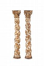 Paire de colonnes de retable torsadées en bois polychromé et   doré à enroulements de pampres et surmontées de chapiteaux   composites.   Epoque Louis XIV. (accidents de dorure et de peinture).   H. : 2,80 m.