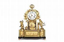 Importante et superbe pendule de cheminée en bronze doré. Cadran émaillé avec chiffres arabes et romains, signé Douay à Paris. Entourage de feuilles de laurier (symbole de victoire) surmontant un médaillon avec le profil d'Henri IV retenu par un