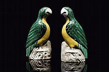Paire de perruches en grès à glaçure verte et jaune Chine, dynastie Qing, époque Daoguang (1821-1850).
