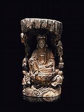Statue de Guanyin en bois sculpté et laqué rouge et or Chine du sud, XVII-XVIIIème siècle.
