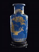 Vase en porcelaine bleu poudré et décor or Chine, dynastie Qing, XIXème siècle.