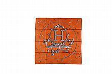 HERMES Paris Made in France   Carré en soie imprimée orange et gris, titré    « vif argent » de Dimitri Rybalchenko.   Dans sa boîte.   Bon état général (tâches).