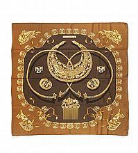 HERMES Paris Made in France   Carré en soie imprimée « Les cavaliers d'or »,    tons marron et or.   Dans sa boîte.   Bon état.