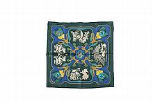 HERMES Paris   Gavroche en soie imprimée bleu et vert dominants,    titré « Tsubas », dessiné par Christiane Vauzelles.   Bon état (dans sa boîte).