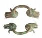 PAIRE D'ANSES DE VASE  Appliques en forme de mains. Bronze à patine verte.  Epoque hellénistique.  H. : 14.5 cm.