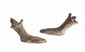 PAIRE DE PIEDS  Chaussés de sandales. Pieds de mobilier. Bronze à patine verte.  Epoque hellénistique.  H. : 11 cm.