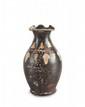 OENOCHOÉ  En céramique lustrée noire peinte de pampres en jaune, blanc et rouge.  Gnathia. IVè s. av. J.-C. H. : 12 cm.