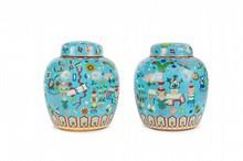 Paire de pots à gingembre couverts en bronze  et émaux cloisonnés  Chine, XXème siècle.  A décor d'objets mobiliers, fruits et fleurs, frise de pétales  à la base et de ruyi à l'épaulement.  H. : 24,5 cm.