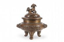 Grand brûle-parfum tripode couvert en bronze Chine du Sud ou Indochine, fin du XIXème siècle. Les trois pieds surmontés de têtes d'animaux, la panse bombée décorée en relief d'oiseaux et arbres, et agrémentée de deux anses en têtes d'animaux, la