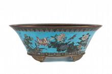 Jardinière et grand plat en cuivre et émaux cloisonnés Japon, Epoque Meiji, circa 1900-1910. La jardinière ovale, reposant sur quatre pieds, le pourtour décoré de fleurs, branchages et papillons sur fond turquoise, la bordure, d'une frise de ruyi ;