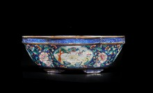Coupe en émaux de Canton  Chine, fin du XIXème siècle.  De forme lobée, reposant sur de petits pieds, décorée de cartouches  d'animaux sur fond de fleurs et motifs géométriques.  L. : 15 cm.