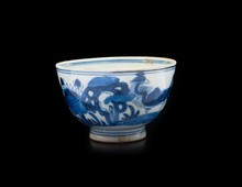 Bol en porcelaine bleu blanc  Chine, XVIIème, XVIIIème siècle.  Le pourtour à décor de rochers et paysages arborés, marque apocryphe  à la base. H. : 7 cm.