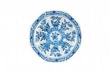 Plat en porcelaine bleu blanc Chine, XIXème siècle. Octogonal à décor de fleurs et feuillages dans un médaillon central, entouré de huit cartouches reprenant le même décor, la bordure ornée d'une guirlande de feuilles et fleurs, marque apocryphe