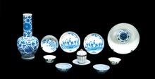 Ensemble de porcelaine bleu blanc Chine et Vietnam, XIXème et XXème siècle. Composé de : le vase balustre à long col, décoré de fleurs, lotus et rinceaux feuillagés ; une petite coupe à décor d'oiseau et prunus, marque à la base ; une paire