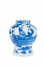 Potiche en porcelaine bleu blanc Chine, XIXème siècle. De forme balustre, la panse renflée, à décor de deux femmes de part et d'autre d'une table et d'un enfant sur une terrasse arborée, le pied et le col ornés d'une frise de fruits et feuillages.