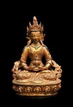Statuette d'Amithayus en cuivre repoussé doré Art sino-tibétain, XXème siècle. Représenté assis en padmasana sur une base lotiforme, les mains en dhyanamudra tenant un vase à eau sacrée, vêtu d'une robe décorée de volutes et dragon en relief, paré de
