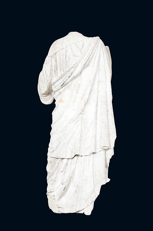 D'après Praxitèle (né vers 400 av. J.-C., mort avant 326 avant J.-C.)Statue acéphale en marbre de carrare représentant Diane de Gabies.Circa 1780.H. : 142 cm. L. : 50 cm.Il s'agit d'une réplique de l'original conservé au Musée du Louvre.